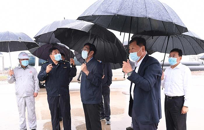 8月24日,巴音朝鲁对公主岭市新盛生物质热电联产新建工程进行调研。宋锴/摄