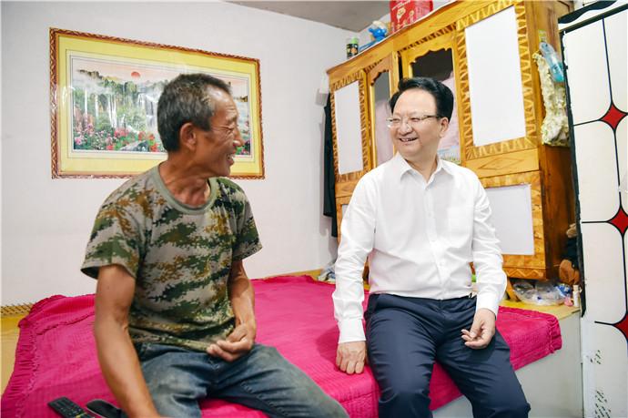 景俊海来到靖宇县三道湖镇向阳村脱贫户家中详细了解生活情况。邹乃硕/摄