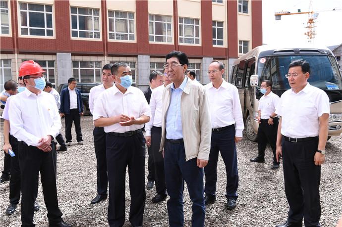 8月20日,巴音朝鲁在吉林省长白山旅游技师学院建设项目地进行调研。宋锴/摄