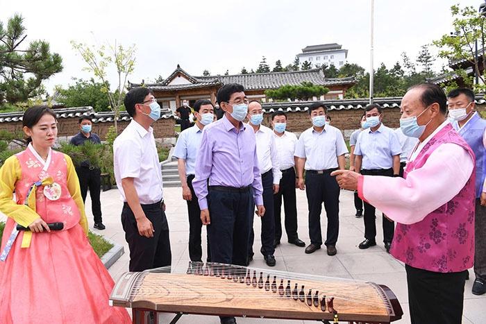8月19日,巴音朝鲁在延吉市中国朝鲜族民俗园调研。宋锴/摄