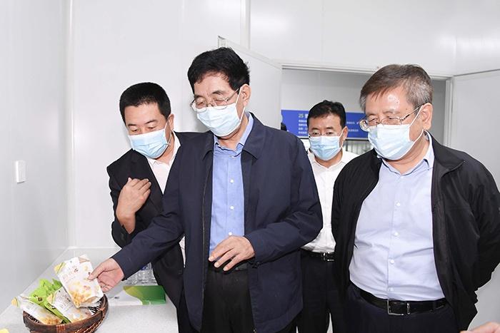 8月24日,巴音朝鲁对公主岭农嫂食品公司玉米深加工项目进行调研。宋锴/摄