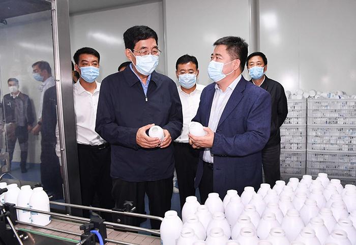 8月24日,巴音朝鲁在公主岭市吉林云飞医药公司调研了解企业生产经营情况。宋锴/摄