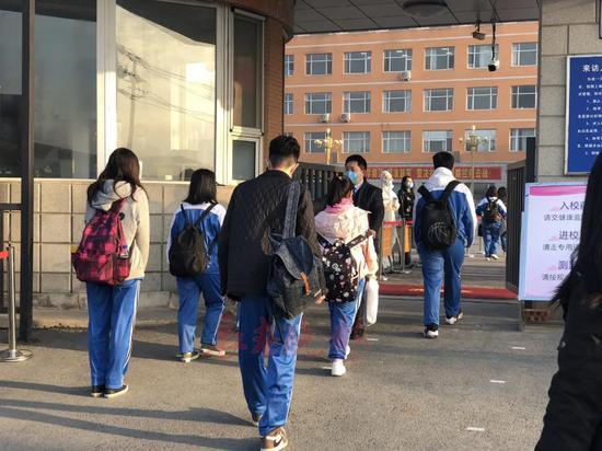 上海市教委:分年级错时上下学,错开上下班高峰,户外运动场间隔大可不戴口罩