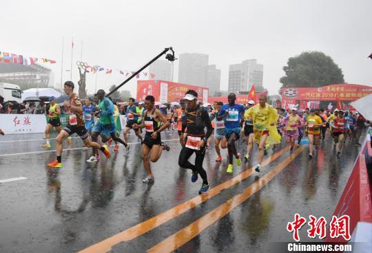 2018长春国际马拉松雨中开赛 三万选手 踏水 飞奔