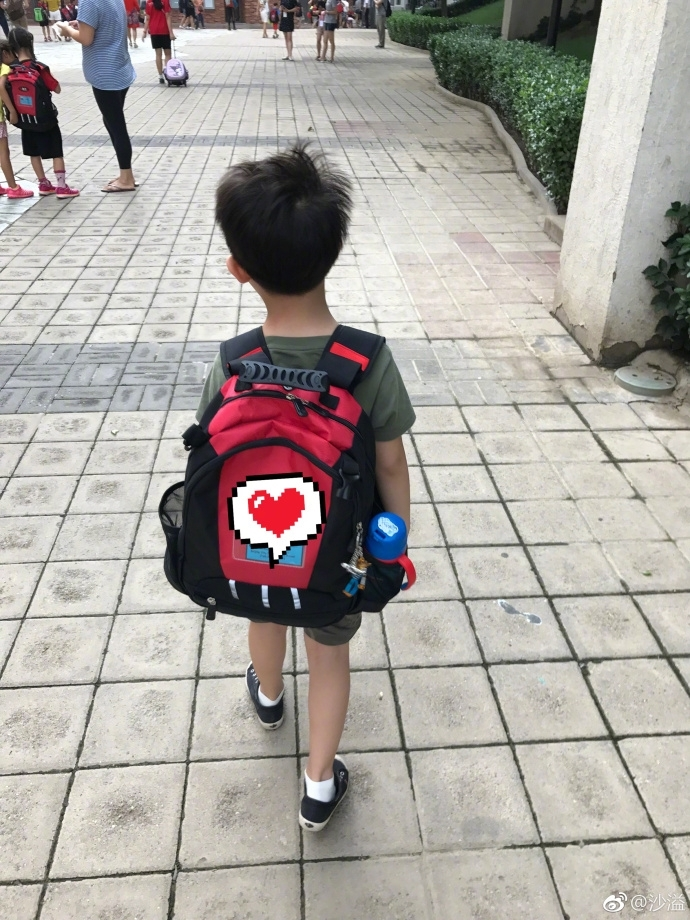 胡可沙溢晒安吉小学一年级开学 背着书包表情亮了图片