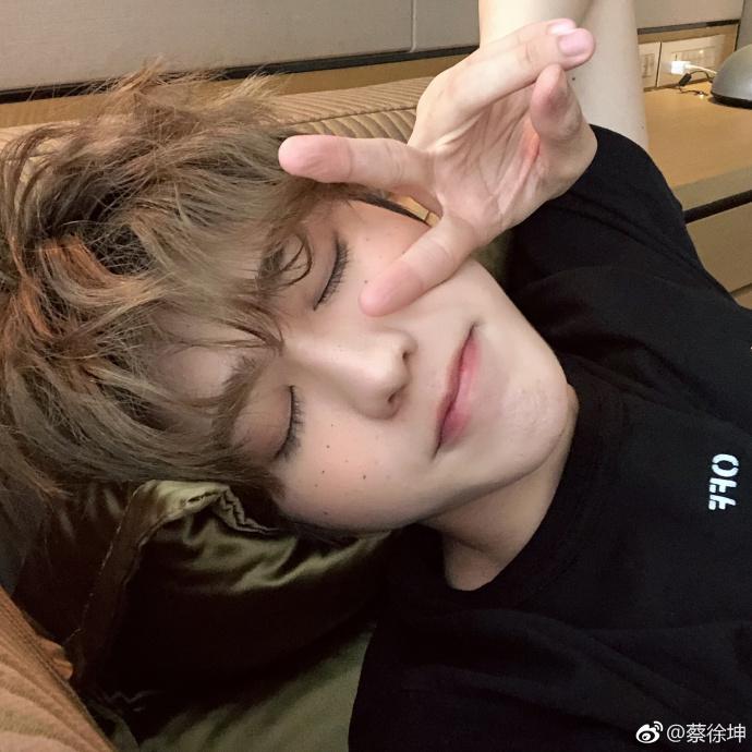 """新浪娱乐讯 6月16日,蔡徐坤微博晒自拍称""""我来交作业了"""",小卷毛"""