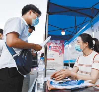 吉林省2020年人才夜市活动在长春举行,170家招聘单位发布3600余个岗位信息,吸引众多求职者前来应聘。新华社记者 许 畅摄