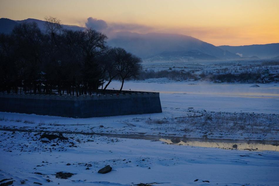 鸭绿江日出 冷暖色调交织山水画卷