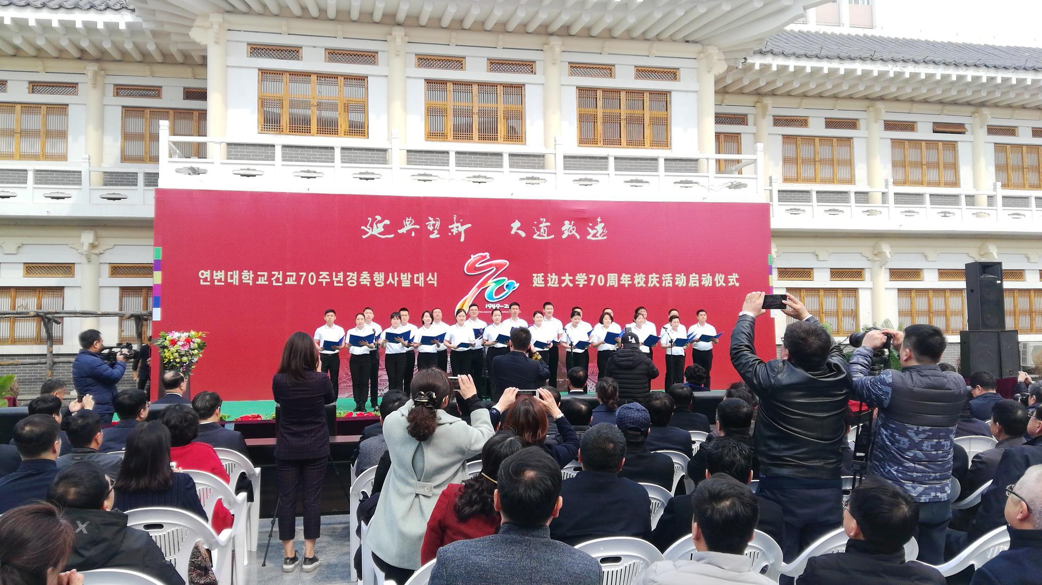 青年教师代表们宣读荣校宣言