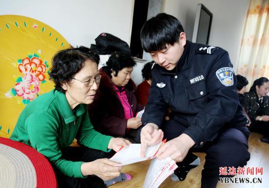 民警入村入户讲解扫黑除恶法律知识