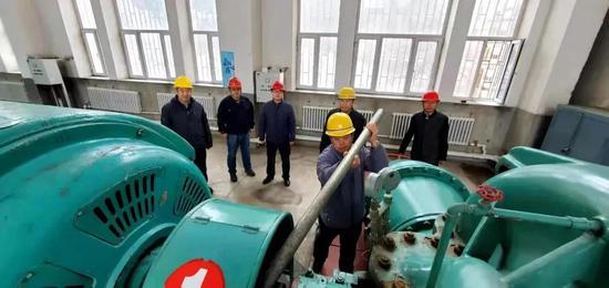 第二净水厂抢修人员排查送水车间安全隐患