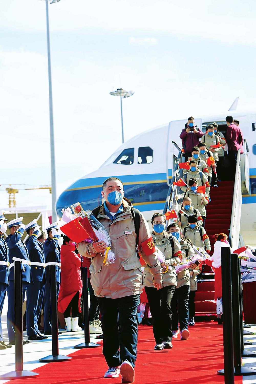 在圆满完成支援湖北任务后,3月22日,吉林省首批白衣战士、抗疫英雄平安凯旋。(宋锴 摄)