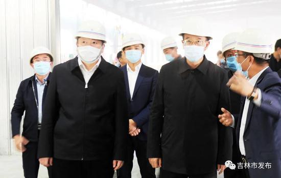 吉林省委常委、常务副省长吴靖平(前右二)在吉林市市长贺志亮(前左一)的陪同下,来到蛟河市天岗镇检查企业安全生产情况。
