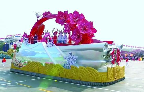 """2019年10月1日,在庆祝中华人民共和国成立70周年大会上,""""速度吉林""""彩车通过广场"""