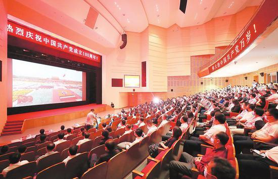 7月1日,吉林大学师生集中收看庆祝中国共产党成立100周年大会。