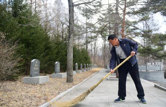 一位老兵 十三烈士:生死守望四十年