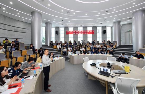 新浪微博党委副书记易小毅以PPT的形式做了《微博党建工作情况的汇报》