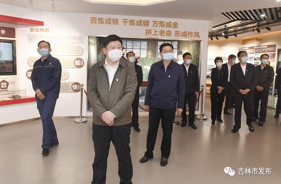 吉林市委书记贺志亮(左二),市委副书记、市长王路(左三)等市领导在吉林石化公司,参观公司展厅。