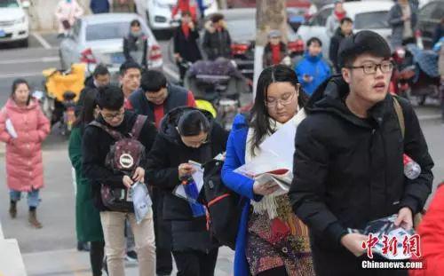 2019年考研期间,学子排队进入考场。