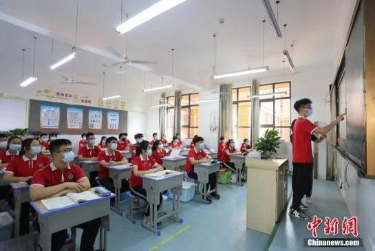 资料图:湖北省宜昌市初三年级5月18日统一复学复课,图为学生在课堂上。(摄影:王康荣)