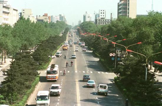 1992年,当时的斯大林大街。新华社发