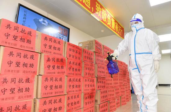 1月30日,在通化市医护人员驻地,工作人员对生活物资进行消毒。
