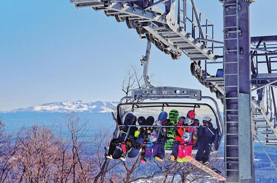 """""""冰天雪地""""转化为""""金山银山""""的典范——抚松长白山国际度假区。"""