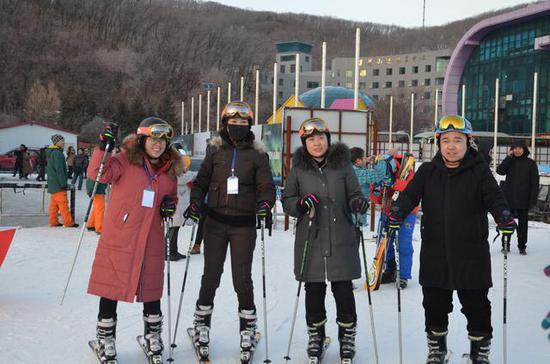 记者朋友们在体验滑雪