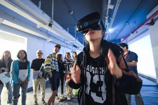 """吉林艺术学院国家艺术基金展览项目""""'幻雪'数字摄影作品展""""数字交互体验"""