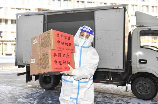 1月30日,在通化市医护人员驻地,工作人员将生活物资搬运至驻地大堂。