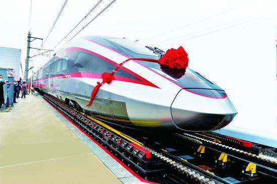 上图:中车长客自主研发的时速400公里跨国互联互通高速动车组。