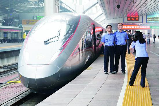 """6月25日,""""复兴号""""智能动车组G915次列车停靠在北京站。"""