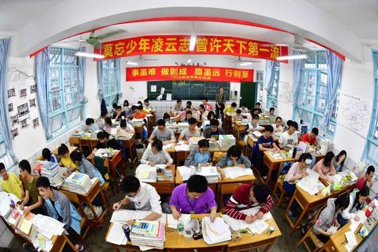 广西壮族自治区柳州市融水苗族自治县中学高三(6)班的同学们在教室里备考。新华社记者黄孝邦摄