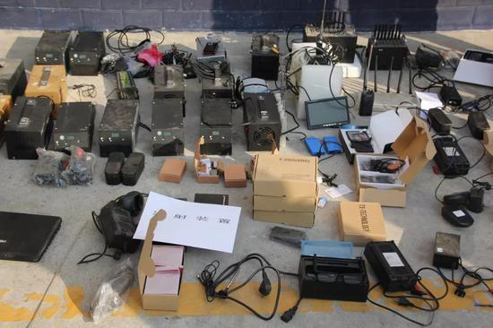 陕西西安未央警方查获大量高科技作弊设备/资料图
