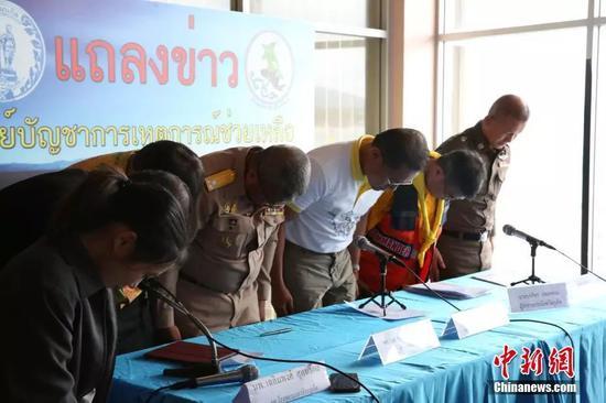 7月8日,泰国旅游和体育部部长威拉萨(右三)在新闻发布会上对普吉翻船事故造成重大伤亡深表痛心,并率现场泰方官员鞠躬道歉,向遇难者致哀。中新社记者 王国安 摄