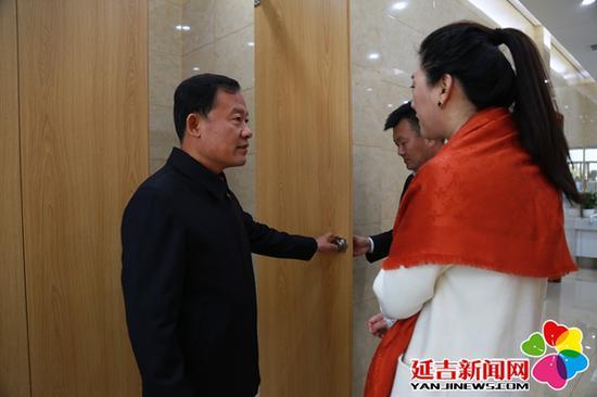 金昌律参观卫生间室内布置 王晓彤 摄