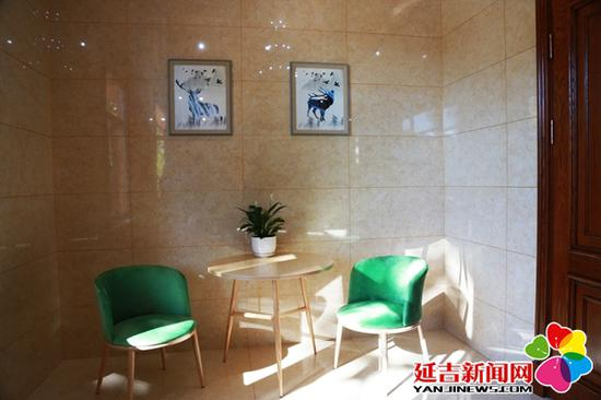 卫生间内为市民提供了休息区域 王晓彤 摄