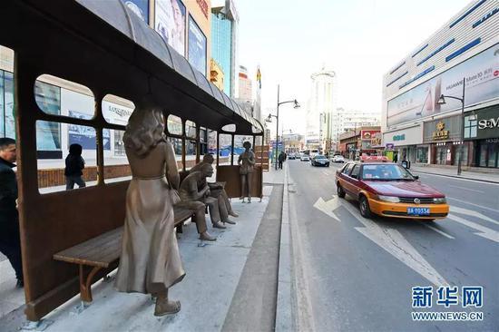 """长春市""""城市记忆""""候车亭雕塑。新华社记者 张楠 摄"""
