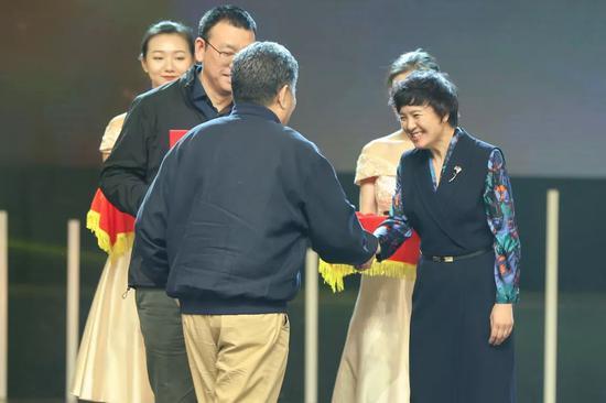 中国视协纪录片研究中心副主任、戏剧影视学院院长邹毅上台领奖