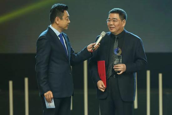 吉艺副校长王俊杰教授上台领奖并发表获奖感言