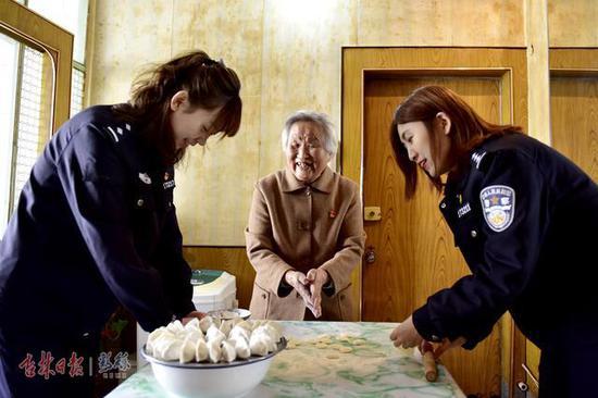 民警们和老人一起包饺子
