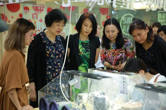 全国妇女手工编织协会副会长崔卫燕莅临i 未来参观指导