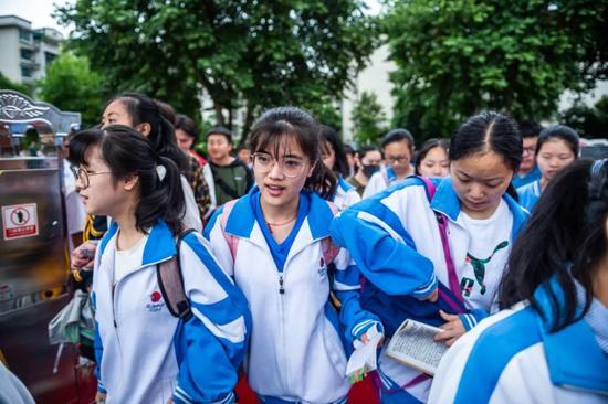 6月7日,考生进入贵州贵阳市乌当中学考点。新华社记者 陶亮 摄
