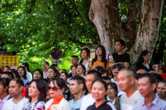 6月7日,在贵州贵阳市乌当中学考点,家长在考场外等待考生。 新华社记者 陶亮 摄