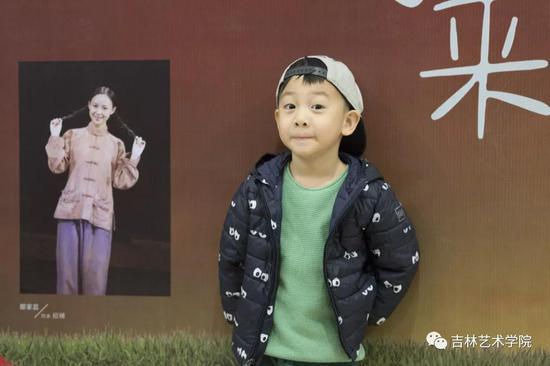 北京小市民前往剧院观赏《小英雄雨来》