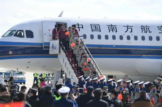▲机场停机坪上人头攒动,人们欢迎英雄凯旋,向他们表达敬意。