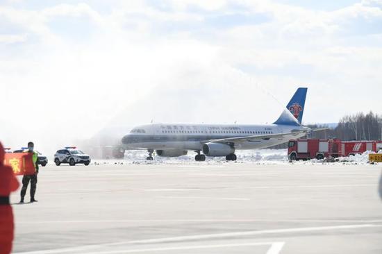 """▲长白山机场,用最高礼遇""""过水门""""迎接英雄回家,为我们的英雄接风洗尘。"""