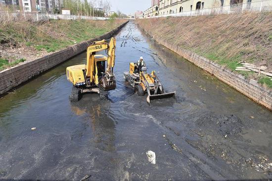 白山市住建部门在治理流经市区的碱厂沟河黑臭水体。