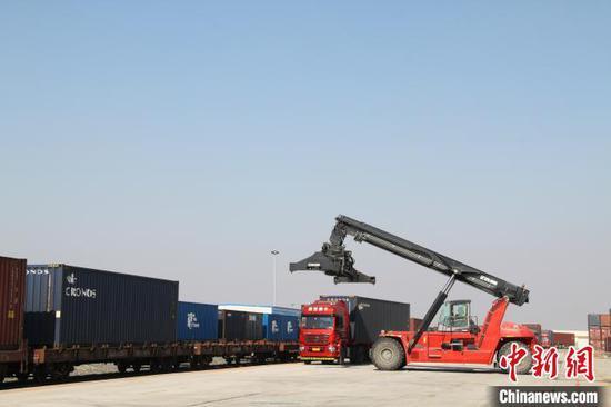 中欧班列(长满欧)装卸货物。(资料图)长春国际陆港发展有限公司供图
