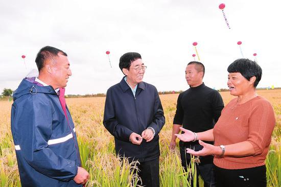 9月22日,吉林省委书记巴音朝鲁来到镇赉县,与农民朋友们共庆第三个中国农民丰收节,代表吉林省委、省政府向全省广大农民朋友送上节日祝福。记者宋锴摄